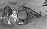 Jacqueline Cochran a la cabina de comandament d'un caça Curtiss P-40 Warhaw