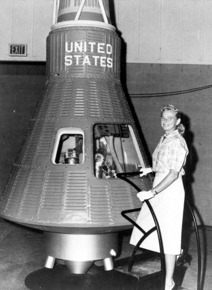 Cobb posa al costat d'un model de la càpsula Mercury de la NASA