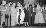 kruschev amb Shirley McLayne i Frank Sinatra i altres actors del musical 'Can-Can'