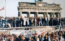 Ciutadans de Berlín sobre el mur el dia de la seva caiguda