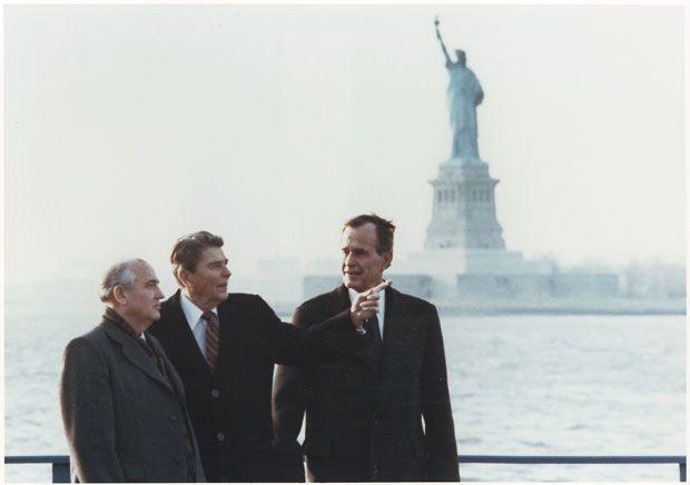 Ronald Reagan i el llavors vicepresident Bush es troben amb Gorbatxov a Nova York, el 1988