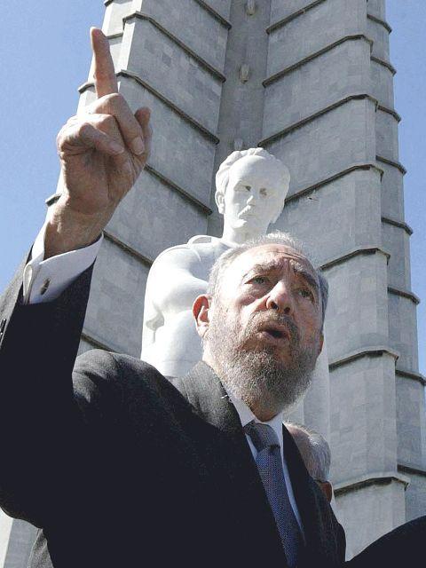 Fidel Castro davant de l'estàtua de José Martí