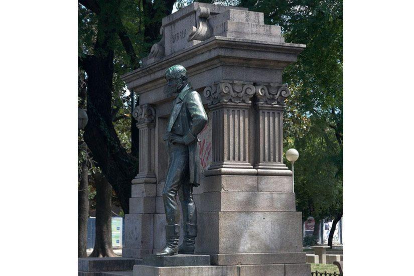 Monument a Joan Larreu a la plaça Herrera de Buenos Aires (Argentina) -  Autor desconegut / Wikimedia Commons