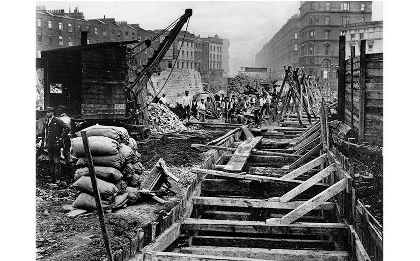 Obrers treballant en el mètode 'cut and cover' a la District Line del futur metro de Londres -  Wikimedia Commons