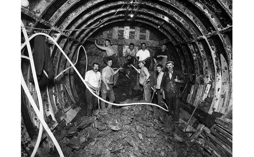 Treballadors obrint-se pas a la Picadilly Line del metro de Londres -  Wikimedia Commons