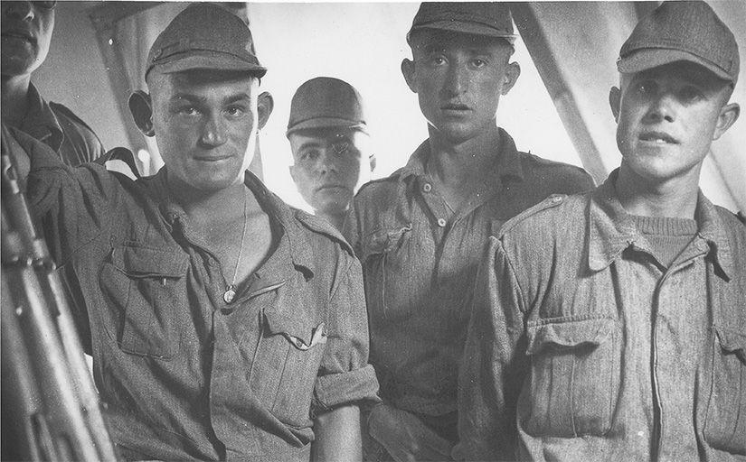 Joves fent el servei militar a Ifni