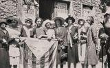 Dones amb la bandera d'Estat Català el 1925 al Rosselló, des d'on Macià va preparar l'intent d'invasió de Catalunya -  ANC