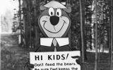 Signe de l'os Yogi a Yellowstone en què es recorda que no es pot donar menjar als ossos -  Wikimedia Commons
