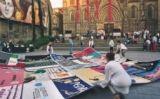 Tapís Memorial de la Sida en un acte davant de la catedral de Barcelona -  Associació NOMS
