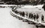 Soldats creuant l'Ebre