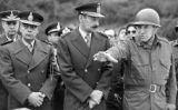El dictador argentí Jorge Rafael Videla (al centre)acompanyat del generals Luciano Menéndez (a la dreta)i Antonio Domingo Bussi (a l'esquerra), ambdós condemnats a cadena perpètua per crims contra la humanitat -  Horacio Villalobos /Wikimedia commons