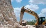 Les excavadores retiren pedres de la piràmide