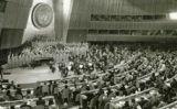 Pau Casals dirigint l'orquestra que interpreta l'Himne de les Nacions Unides, el 1971 -  Fundació Pau Casals
