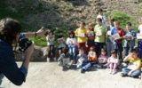 Els nens del taller de prehistòria mostren la pedra rupestre que van pintar