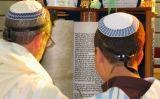 Jueus sefardites llegeixen un fragment de la Tora, el llibre hebreu sagrat