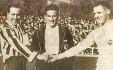 Pololo (Atlético de Madrid) i Santiago Bernabéu com a capità abans de l'inici d'un derbi madrileny el 1922