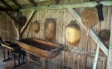 L'escafisme es practicava amb un obi (a la imatge), amb una barca o amb una caixa de fusta