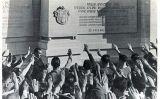 Els jugadors saluden amb la mà alçada el nou monument franquista instal·lat a les Corts durant la seva inauguració