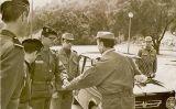 Gabriel Cardona (el quart d'esquerra a dreta), en unes maniobres amb oficials de l'Exèrcit francès