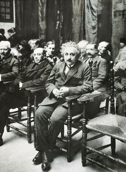 Einstein, en un acte a l'Escola Industrial de Barcelona, assegut al costat del científic i pedagog Esteve Terradas, un dels amfitrions de la seva visita a Catalunya