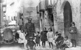 Durant la seva estada a Catalunya, Einstein va visitar Poblet i l'Espluga de Francolí, on es va retratar amb un grup de nens