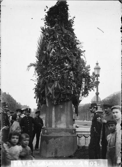 Imatge del 1907 de l'estàtua a Rafael Casanova en el seu emplaçament inicial, al passeig de Sant Joan, davant l'Arc de Triomf