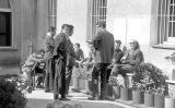 Uns estudiants al pati del convent amb Antoni Tàpies i Pere Quart el 10 de març