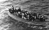 Bot salvavides del Titanic carregat de supervivents