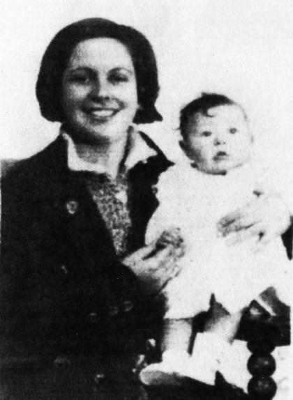 Aurora Picornell amb la seva filla, Octubrina Roja