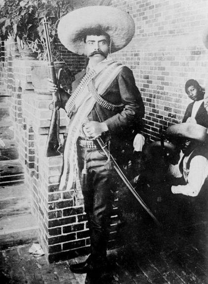 El 1911, un fotògraf nord-americà va fer aquest retrat de Zapata a l'hotel Moctezuma de Cuernavaca. La instantània es va convertir en una imatge icònica del líder revolucionari