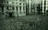 La multitud a la plaça de Sant Jaume després de la proclamació de la República