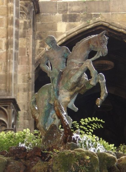 Monument de Sant Jordi, bronze d'Emili Colom situat al claustre de la Catedral de Barcelona