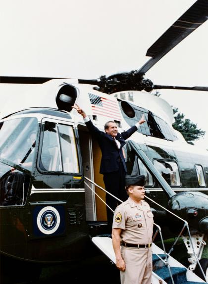 Fotografia de Richard Nixon abandonant la Casa Blanca poc abans de fer efectiva la seva renúncia