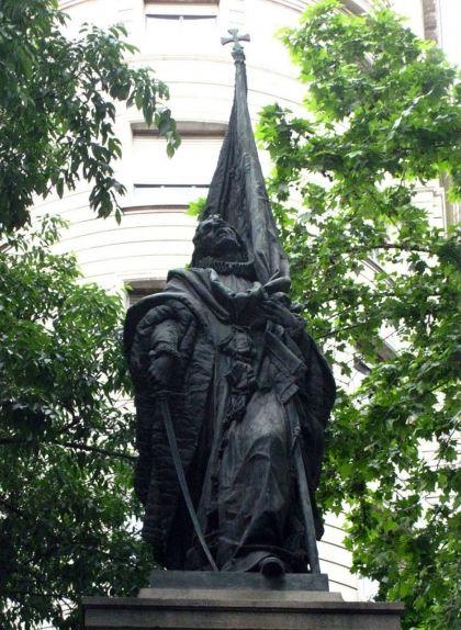 'Monument a Rafael Casanova', l'obra de Rossend Nobas situada a l'encreuament de la ronda de Sant Pere amb Alí Bei i Girona, a la ciutat de Barcelona