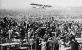 Charles Lindbergh aterra amb el seu avió, 'Spirit of St. Louis', a l'aeròdrom londinenc de Croydon enmig d'una gran expectació