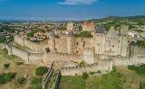 La riquesa de Ramon Berenguer I li va permetre comprar, entre el 1058 i el 1072, castells i terres com els comtats occitans de Rasès i Carcassona (a dalt, aspecte actual de la ciutat fortificada)