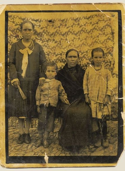 D'esquerra a dreta, els tres germans Rodríguez -Paula, Aurelio i María- amb la seva mare