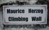 Placa commemorativa de Maurice Herzog al Museu Internacional de la Muntanya a Pokhara, al Nepal