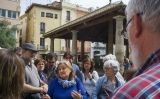 La historiadora Cinta Cantarell, acompanyant els visitants en l'itinerari guiat pel Granollers bombardejat