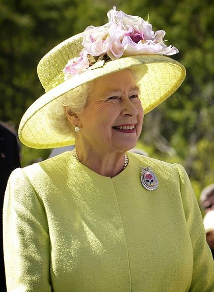 Elisabet II en una visita oficial, amb un dels seus característics barrets