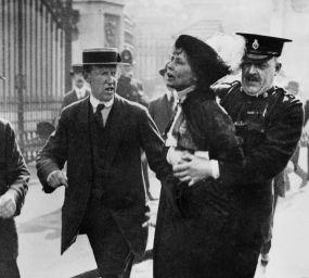 Emmeline Pankhurst, líder del moviment sufragista femení a Anglaterra, és arrestada el 1914 als afores del Palau de Buckingham després d'intentar presentar una petició de llei davant el rei Jordi V