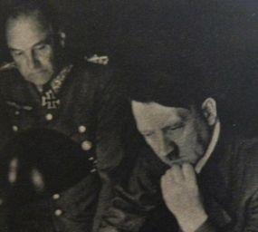 Adolf Hitler i el mariscal Walther von Brauchitsch estudien uns mapes durant els primers dies de la campanya russa