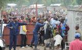 Distribució d'ajuda humanitària a un camp de refugiats del Congo