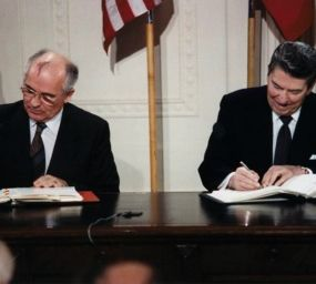 Ronald Reagan i Mikhaïl Gorbatxov signant el tractat INF el 1987 per eliminar l'ús de míssils