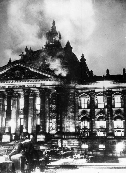 Façana del Reichstag durant l'incendi de 1933