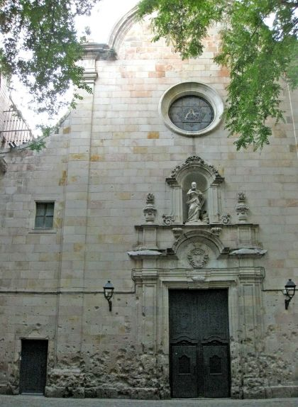 La façana de l'església de Sant Felip Neri amb marques dels bombardejos