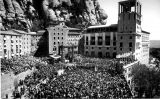 Multitud a Montserrat en la festa d'entronització de la Moreneta