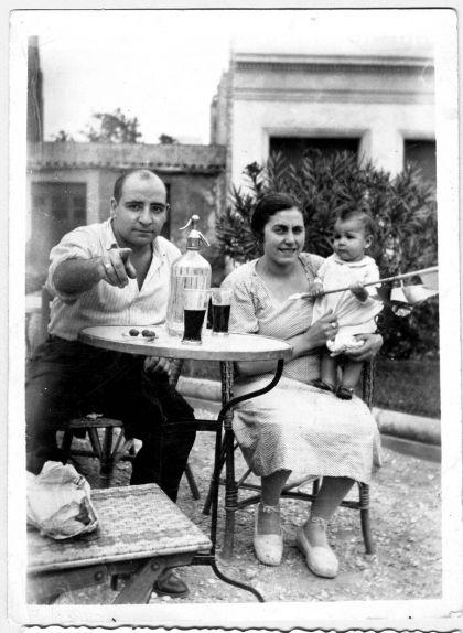 Joan Adserias i Mercè Crusellas amb la seva filla Maria, entre 1934 i 1936, abans que la guerra els separés