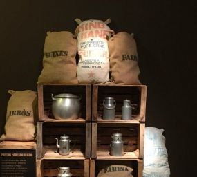 Productes provinents del mercat negre a l'exposició 'El farcell de la postguerra'