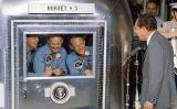 Nixon visita la tripulació de l'Apollo 11, en quarantena després de tornar a la Terra
